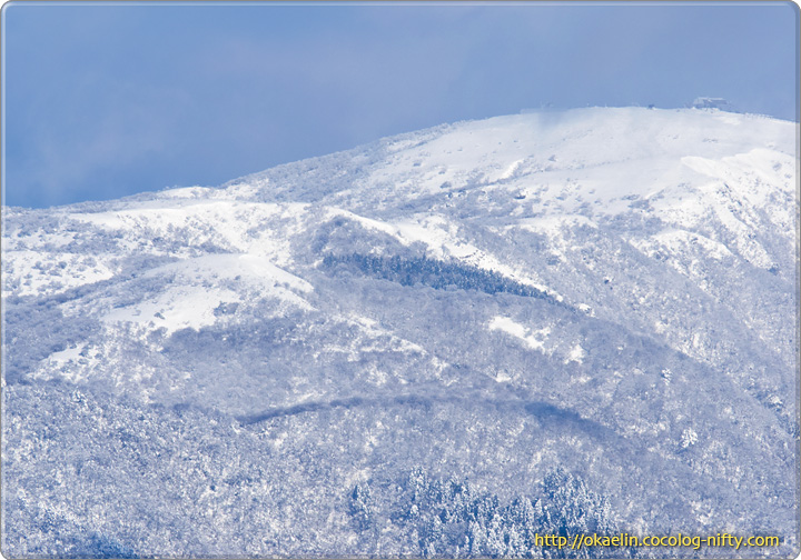 スキー場がある山を望遠で